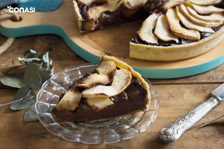 Trozo de tarta de manzana en un plato.