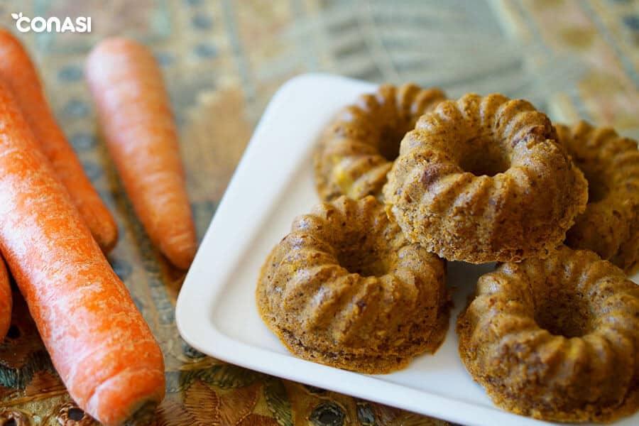 Varias rosquillas de zanahoria en un plato