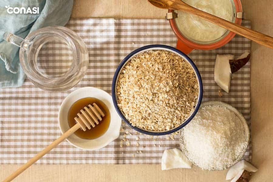 Vista desde arriba de copos de avena, miel, coco rallado y el yogur casero