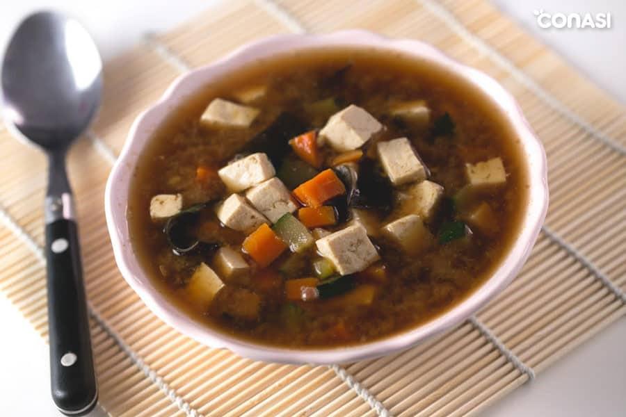 Sopa de miso y tofu elaborada con caldo de verduras casero - como hacer caldo