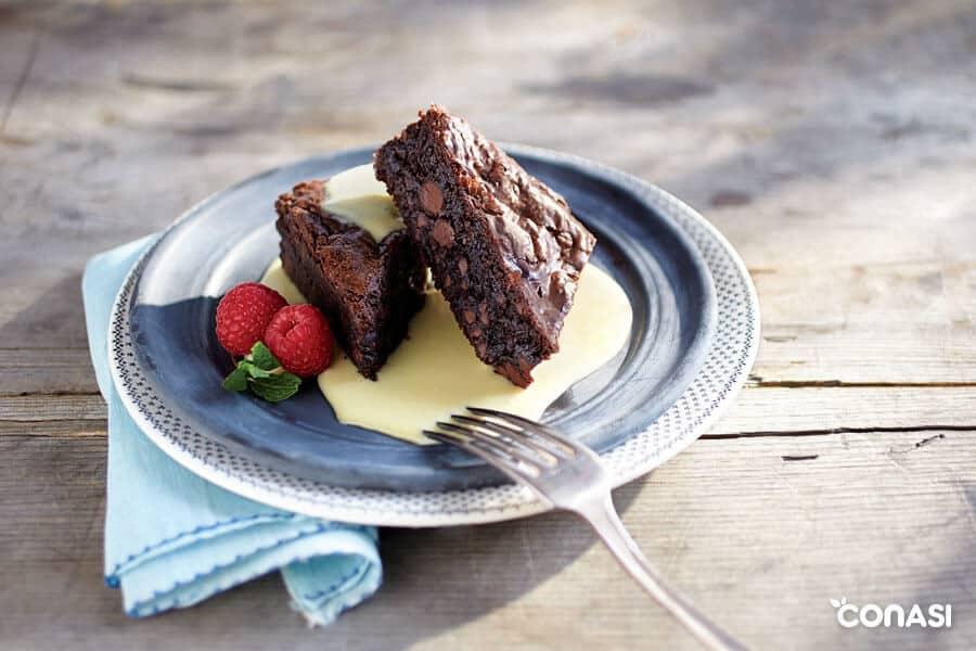 Dos trozos de brownie de boniato en un plato