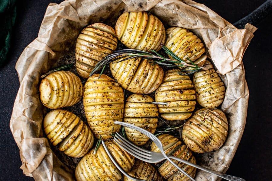Patatas recién sacadas del horno - Alimentos crudos y cocinados