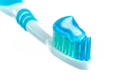 Cepillo de dientes con pasta de dientes con microplásticos