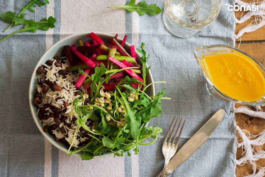 Plato macrobiótico con alimentos crudos y cocinados