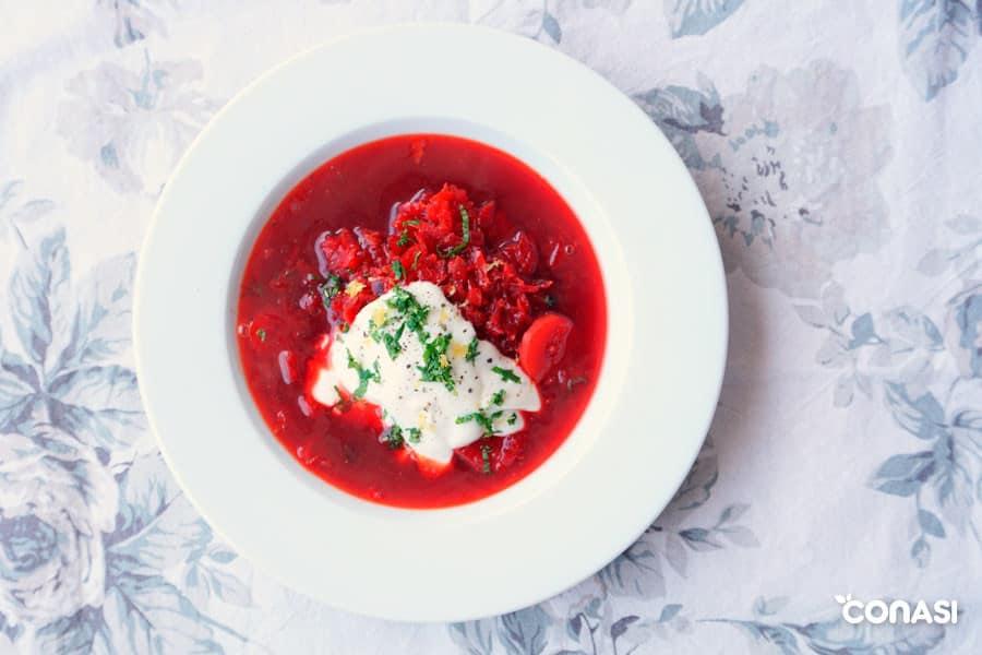 Sopa de remolacha o borsh en un plato