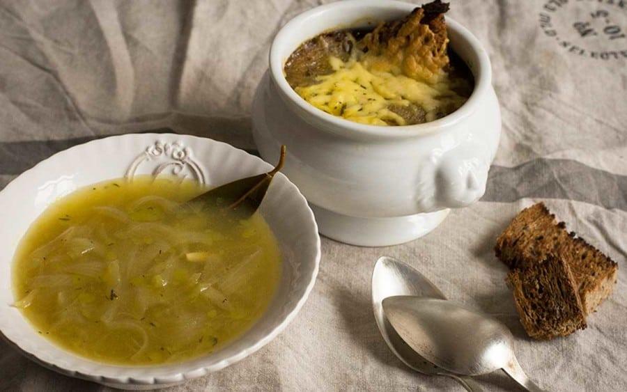 Sopa de cebolla en un plato y en la cacerola - Como hacer caldo de verduras