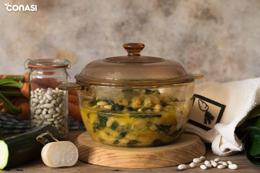 Sopa minestrone en la olla visions