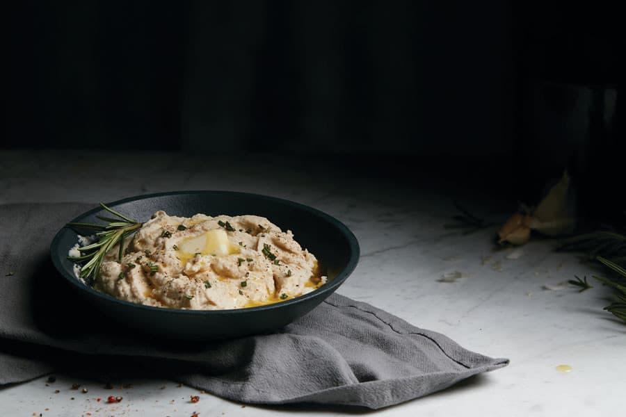 Puré de coliflor en un plato