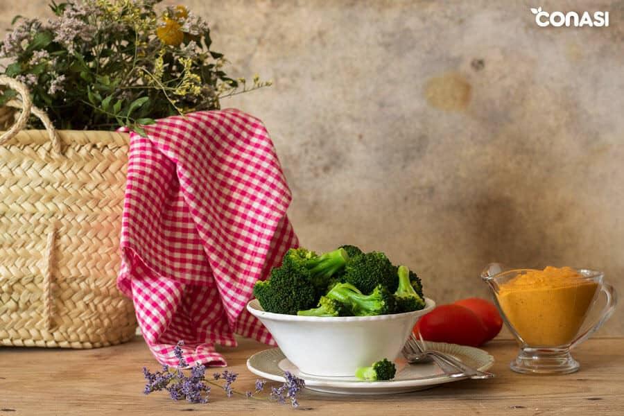 Brócoli al vapor y salsa romesco en la mesa