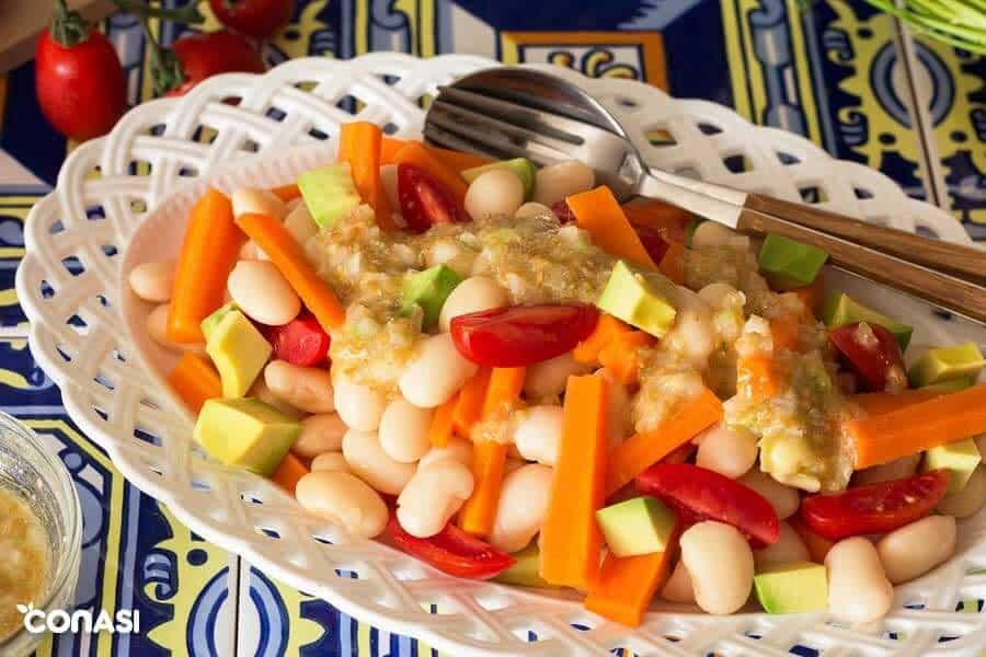 Ensalada templada de zanahoria en una bandeja