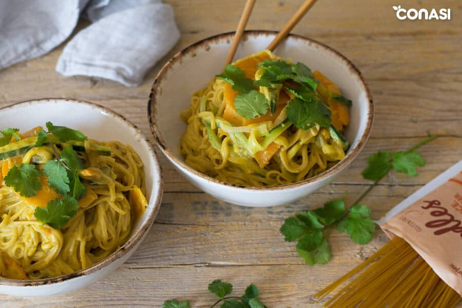 Noodles de arroz con verduras en cuencos
