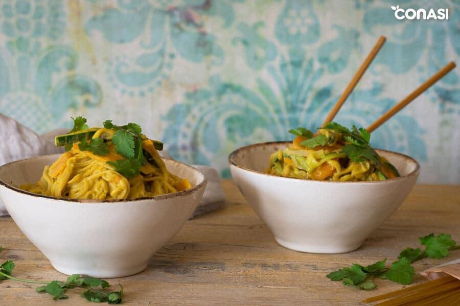 Dos cuencos con noodles de arroz con verduras