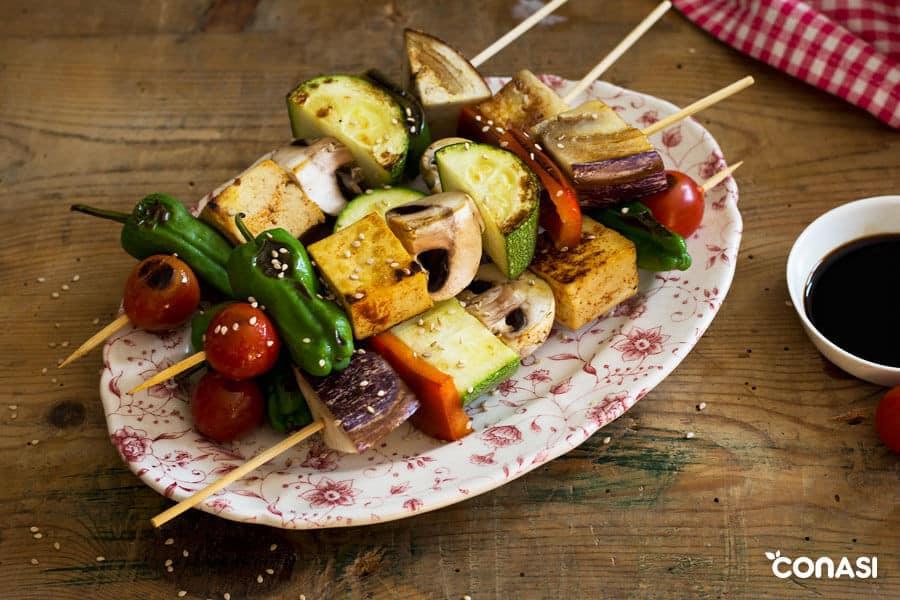 Brochetas de verduras en una bandeja
