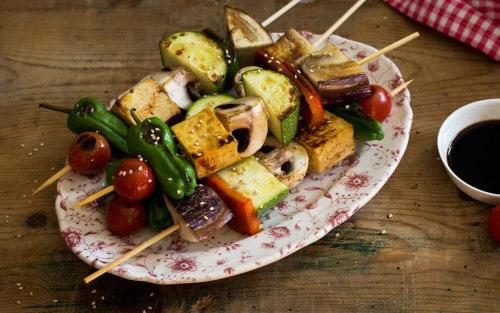 Brochetas de verduras y tofu marinado