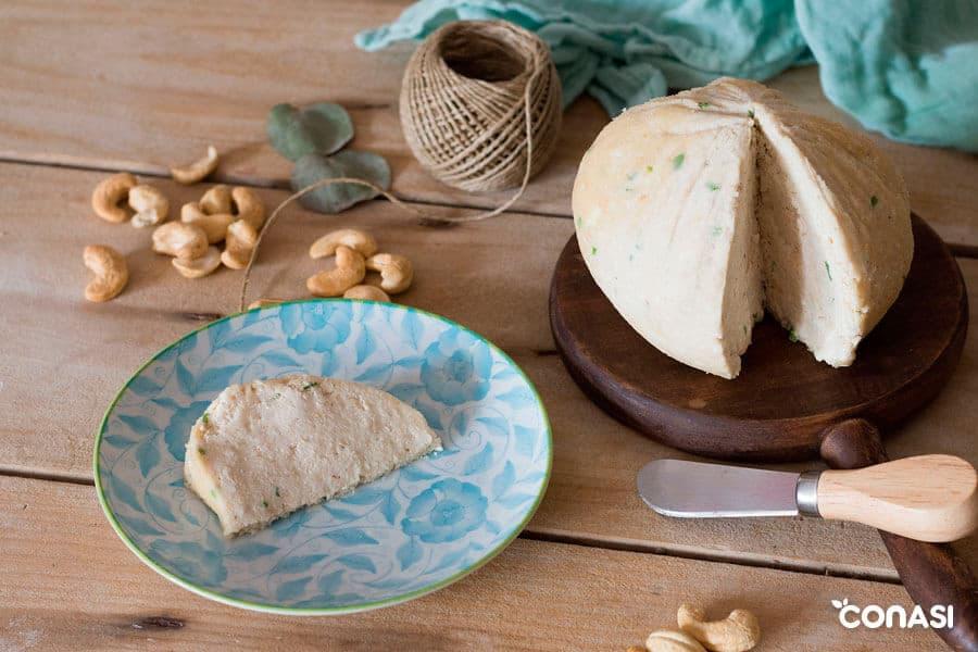 Un trozo de conasiqueso: queso tierno vegano de anacardos.