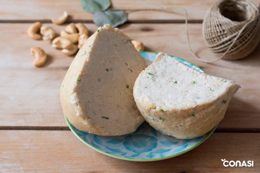 Dos cuñas de conasiqueso o queso vegano de anacardos