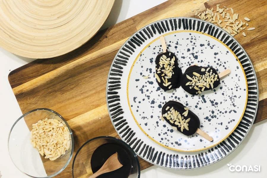 3 mini magnum caseros de chocolate y almendras en un plato