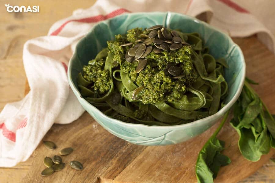 Pasta fresca acompañada de pesto de col kale