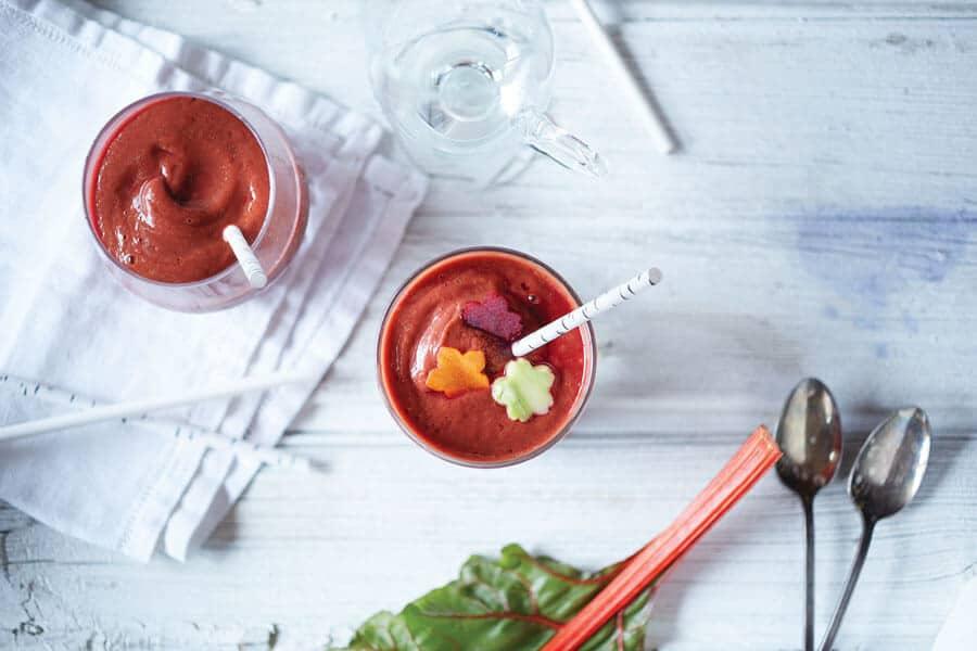 Smoothie-ensalada visto desde arriba en dos copas