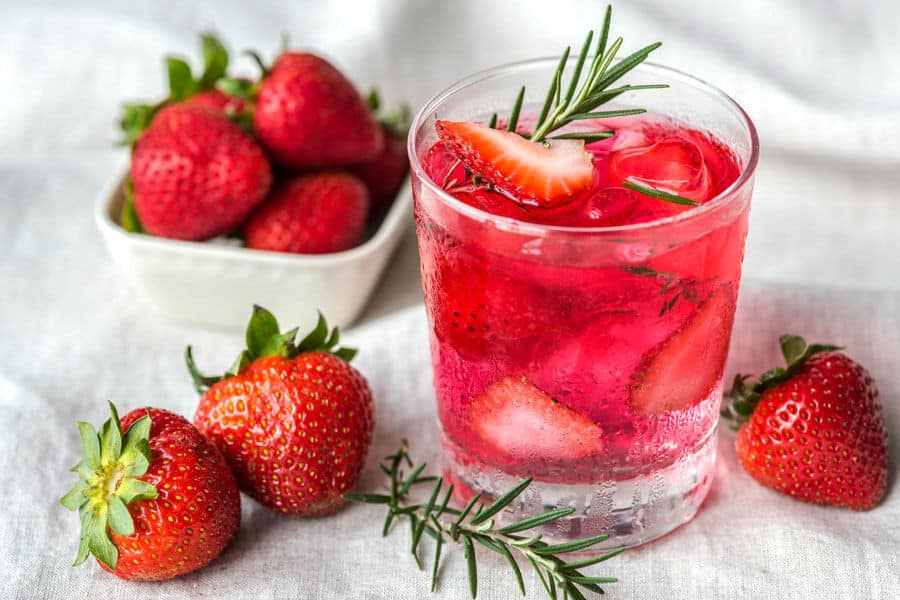 Aguas saborizadas de fresas y romero fresco