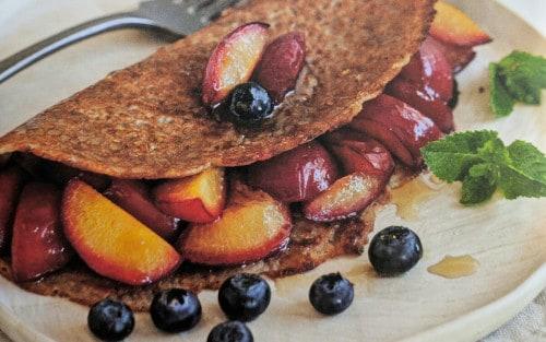 Crepes sin gluten con ciruelas rojas salteadas