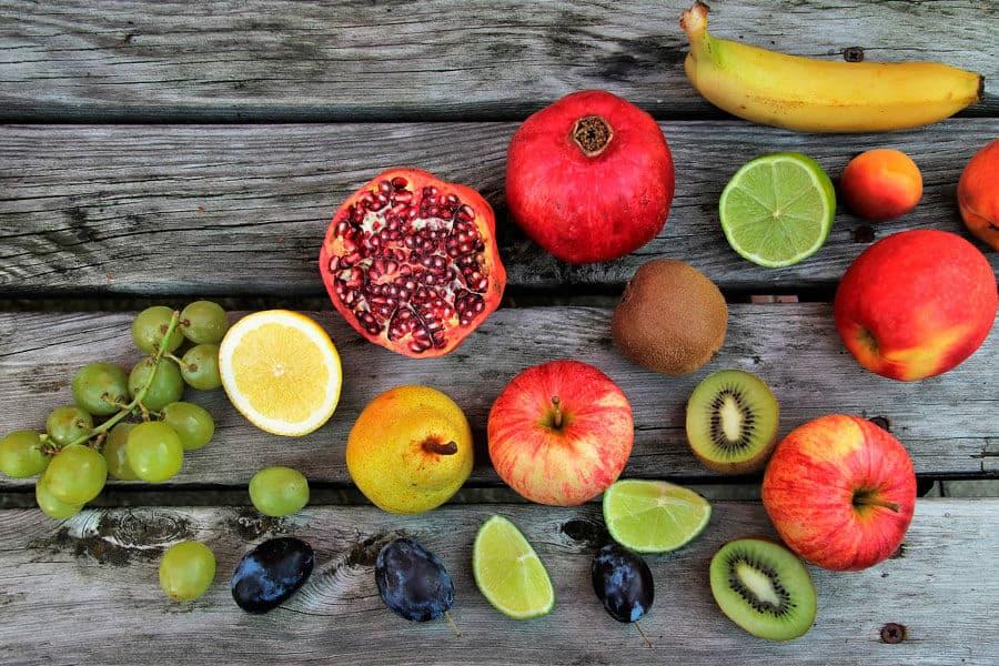 Varias frutas sobre maderas - Diabetes y alimentación