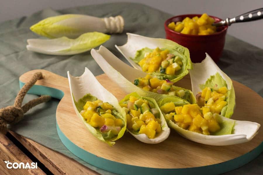 Endivias rellenas de aguacate y mango