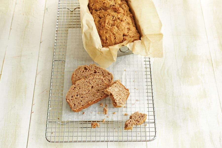 Pan de calabacín y piña sobre una rejilla de horno