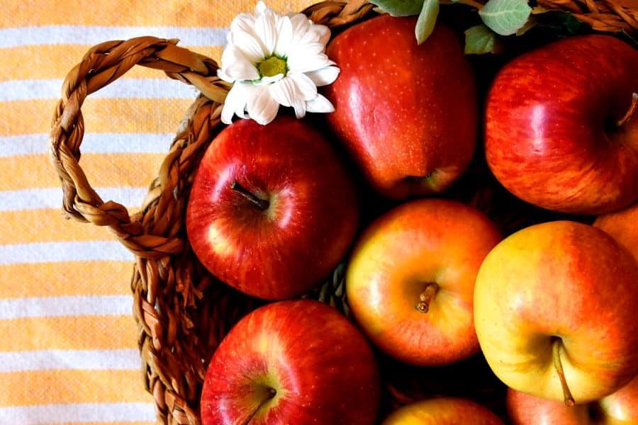 Cesto con mazanas - Salud cardiovascular y alimentación vegetal