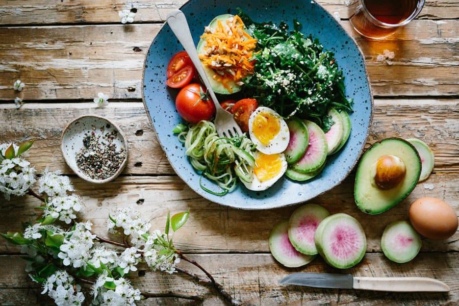 Un plato de vegetales con huevo - Cáncer y alimentación vegetariana
