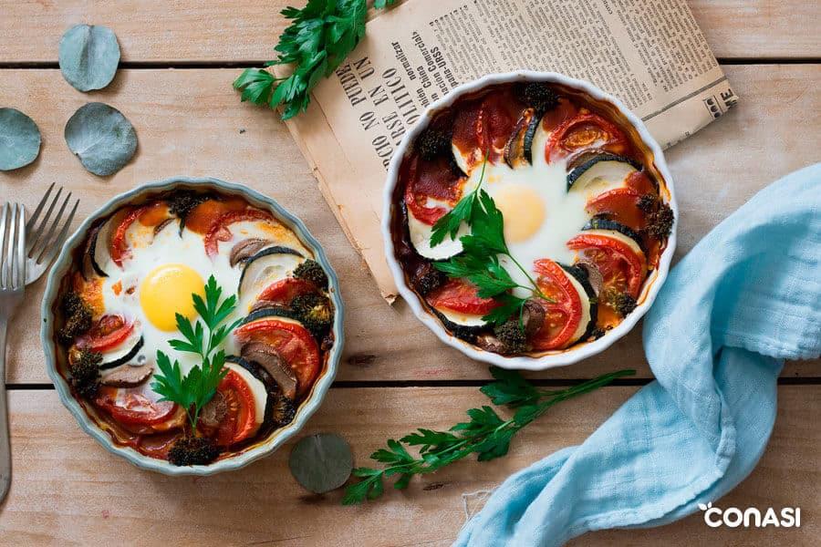 Cazuela de verduras con huevo en una fuente redonda
