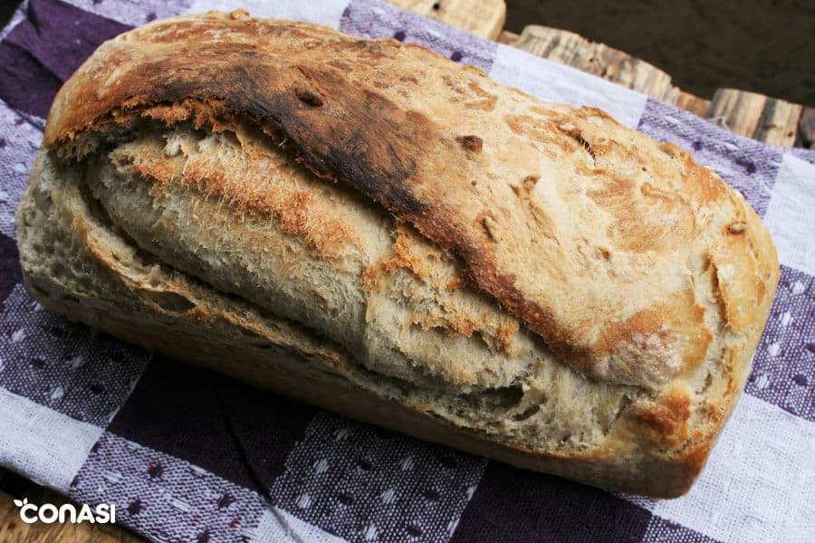 Pan de masa madre sobre un mantel