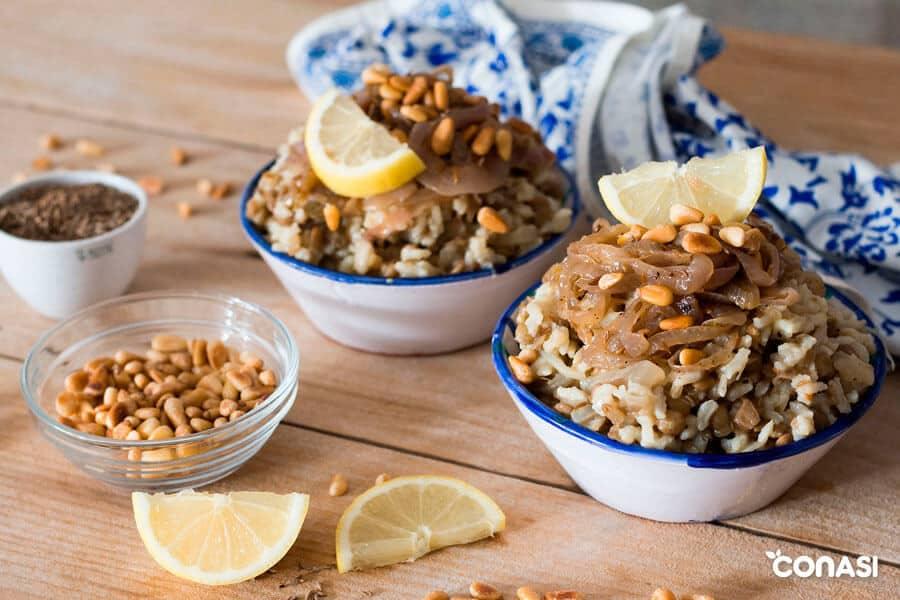 Mujaddara, arroz con lentejas en dos cuencos