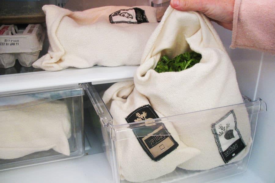 Varias Vejibag en el cajón de abajo de una nevera sin plásticos