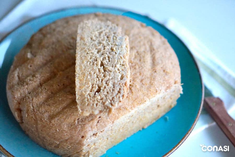 Pan con masa madre cortado por un extremo