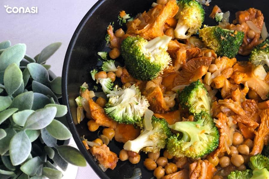Salteado de setas con garbanzos y brócoli en una sartén