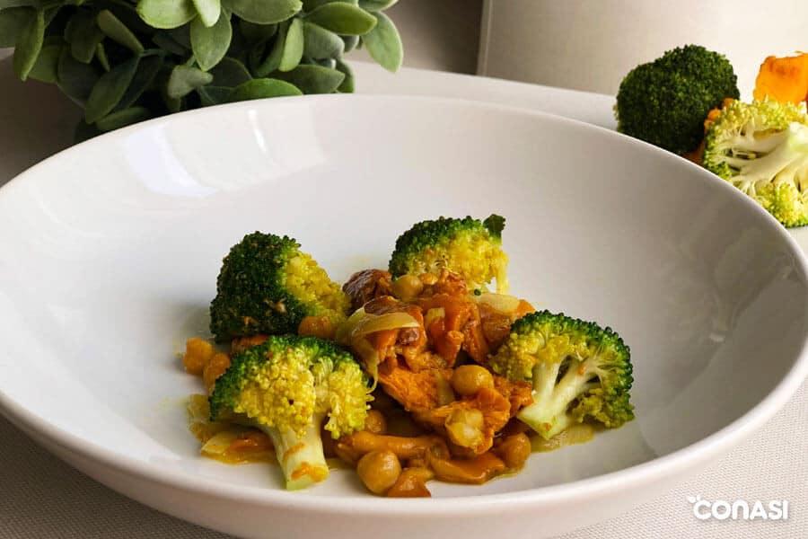 Salteado de setas con garbanzos y brócoli en un plato
