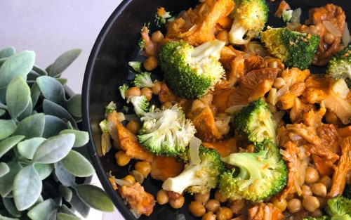 Salteado de setas con garbanzos y brócoli