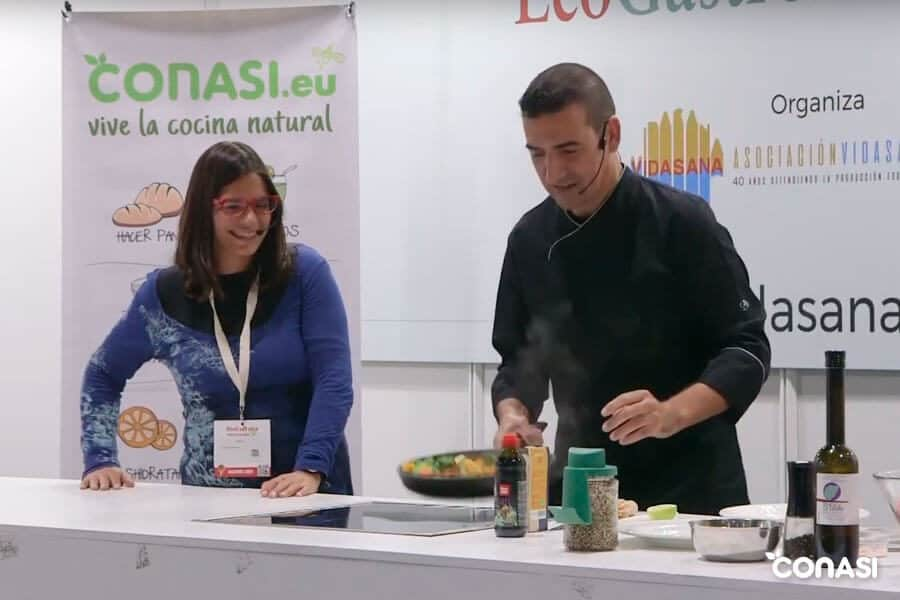 """Dra Odile Fernández y el chef Joaquín Adarve en el Showcooking """"Alimentación durante la quimioterapia"""""""