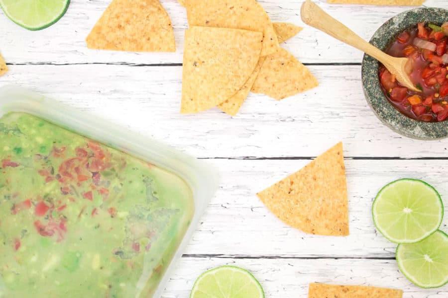 Guacamole con stasher junto a nachos