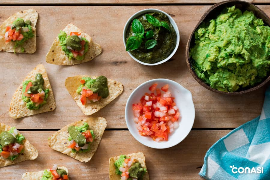 Guacamole con pesto servido en nachos