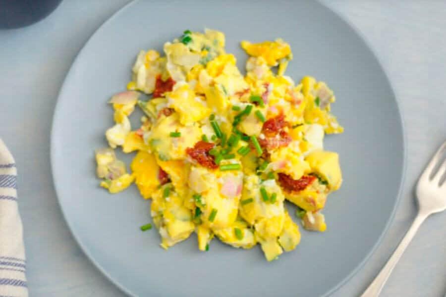 Huevos revueltos en un plato