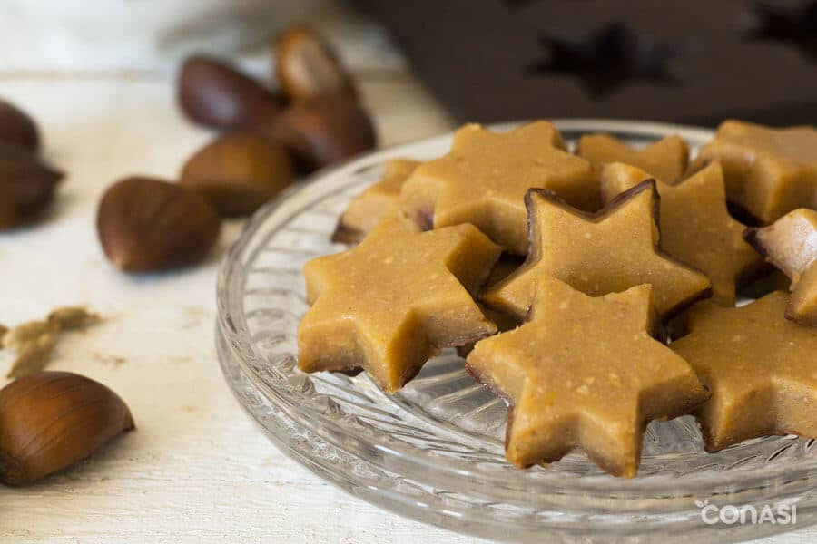 Estrellas de dulce de castañas en un plato de cristal