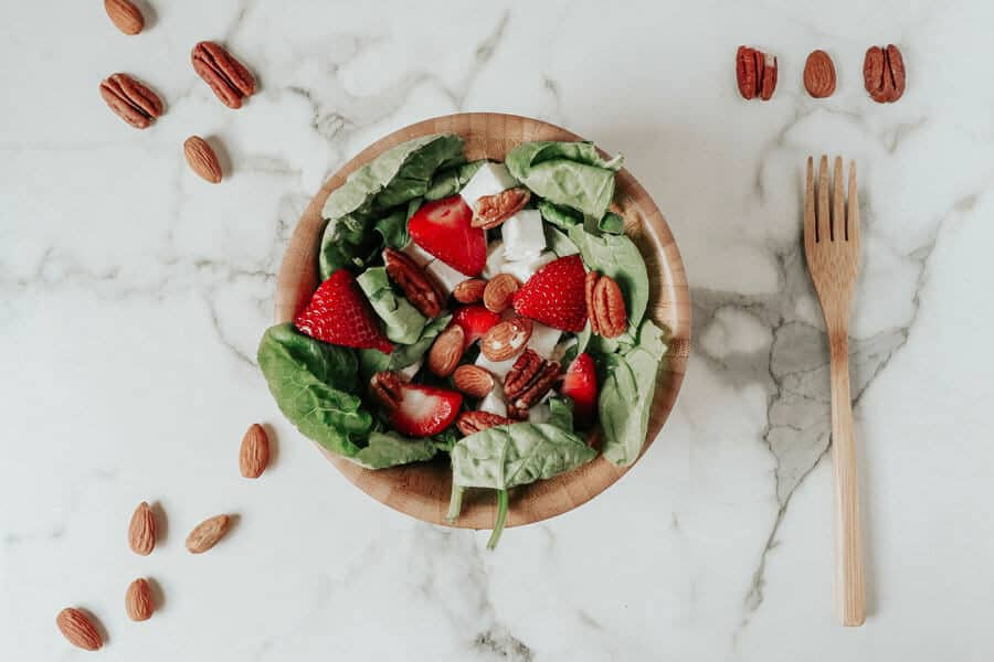 Bol de ensalada lleno de alimentos para reforzar el sistema inmune