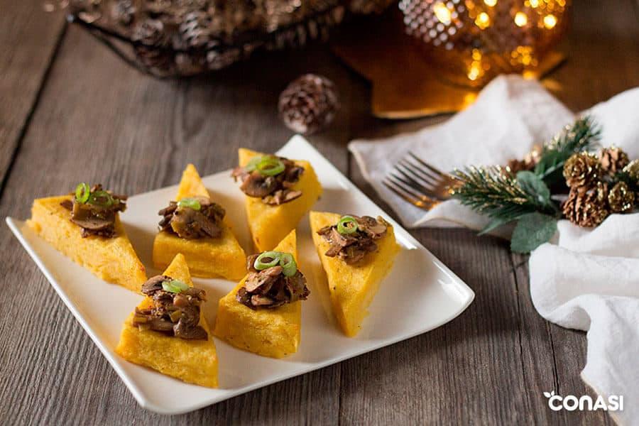 Polenta con setas en un plato con decoración navideña