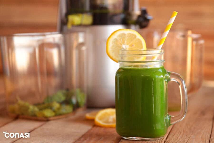 Zumo verde en una jarra hecho con Versapers perfecto para un ayuno