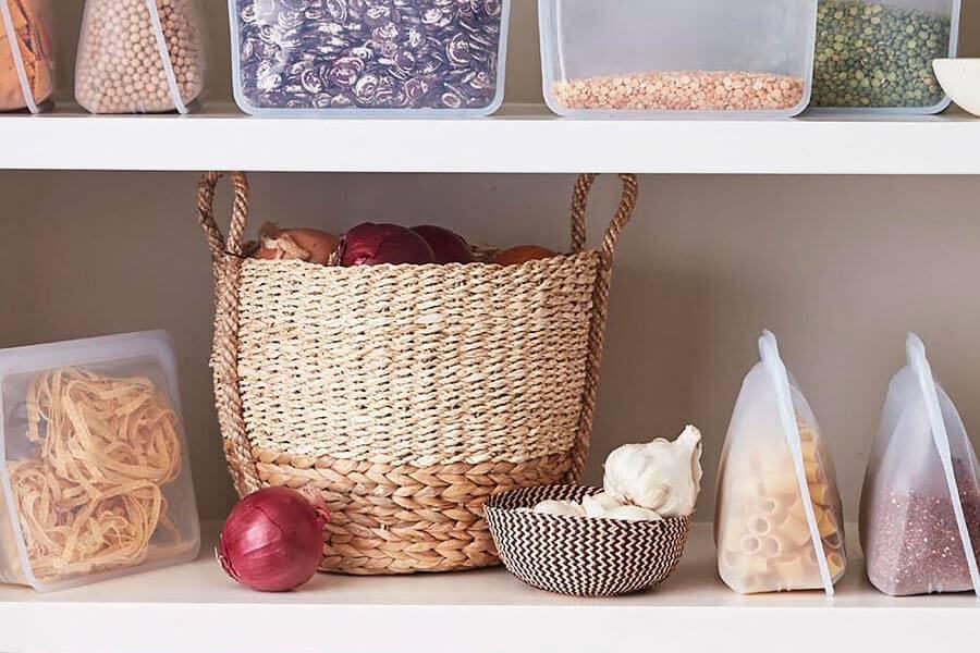 Bolsas de silicona Stasher con alimentos en una estantería - Propósitos sostenibles Año nuevo
