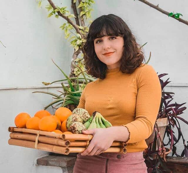 Julia Gómez sosteniendo una bandeja de fruta - Síndrome de Ovario Poliquístico