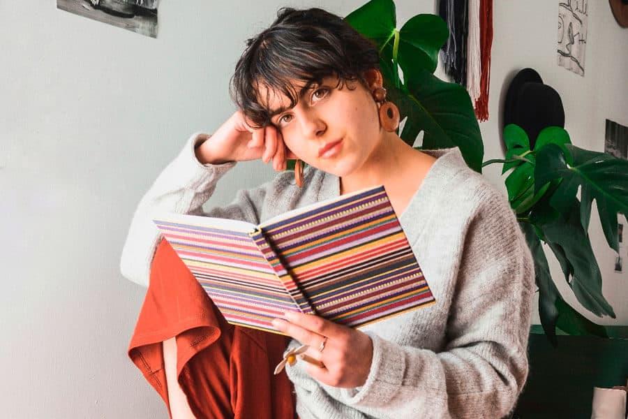 Julia Gómez sosteniendo una libreta - Síndrome de Ovario Poliquístico