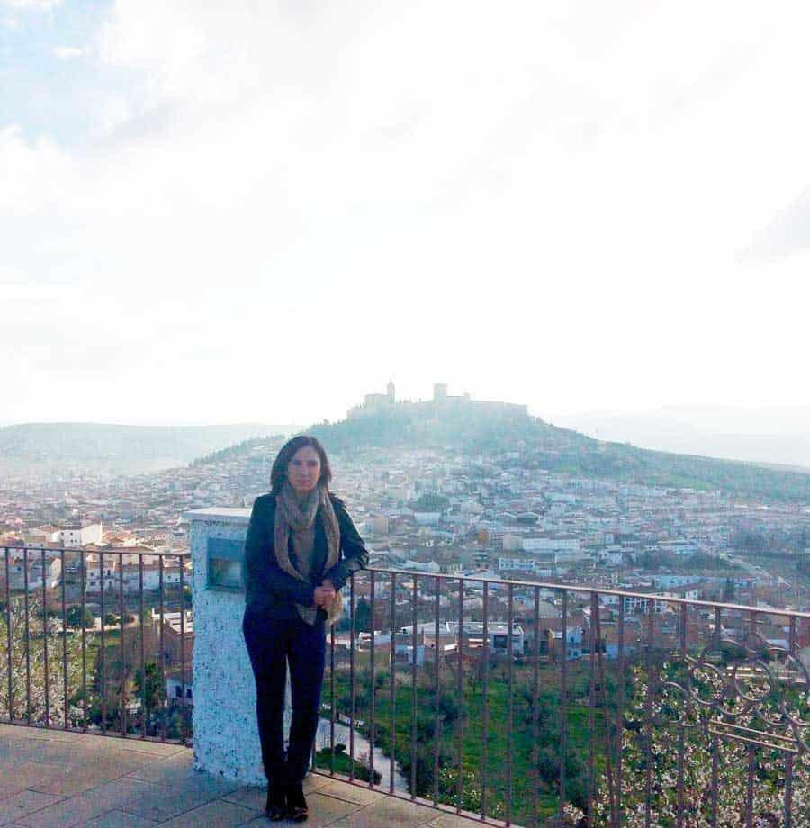 Nuria Muñoz con Alcalá La Real al fondo - Conasi